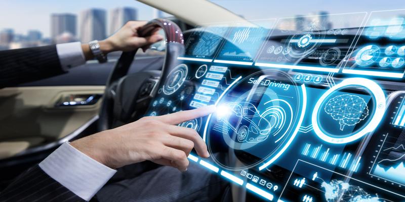 In Zukunft werden immer mehr Autohersteller ihrerseits Marken in die digitalen Dashboards und Bildschirme ihrer Fahrzeuge integrieren. (Bildquelle: iStock/ metamorworks)